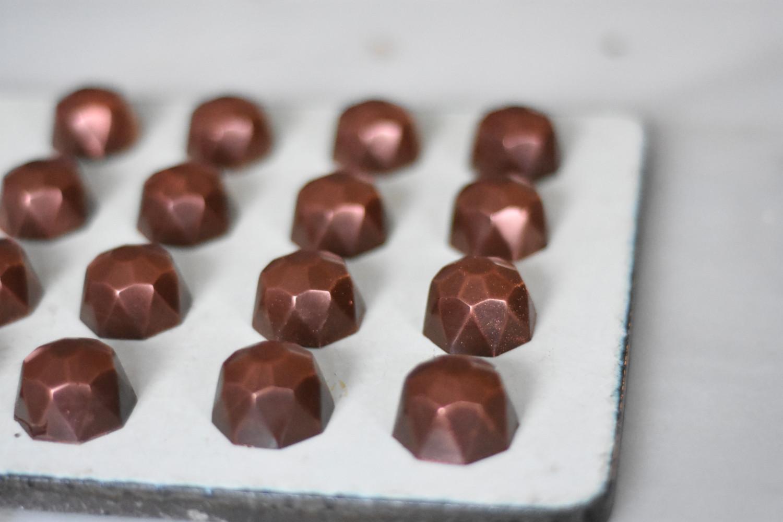 fyldte-chokolader-med-limekaramel-anrettet-på-fad