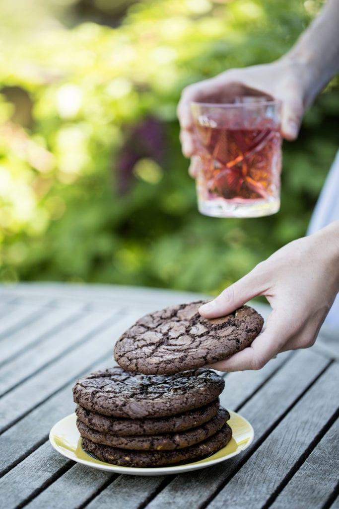 Chokoladecookies på havebord