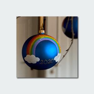 Julekugle med regnbuemotiv